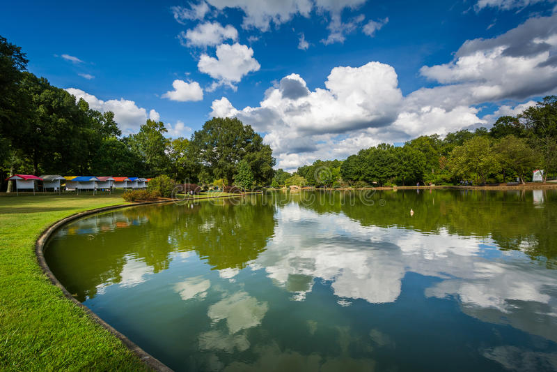 Härliga moln som reflekterar i sjön på frihet, parkerar, i röding fotografering för bildbyråer