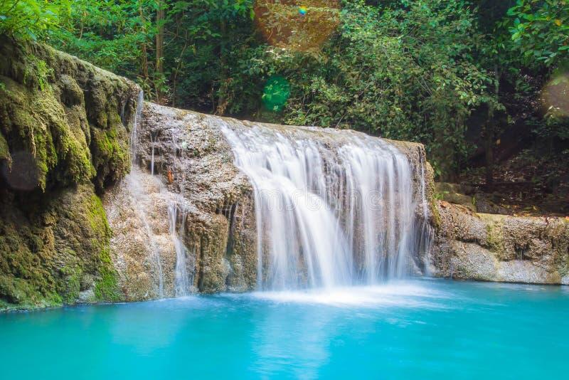 Härliga naturliga dragningar för vattenfallErawan nationalpark i Thailand royaltyfri foto