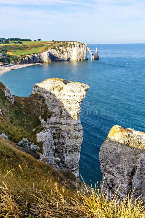 Härliga naturliga vaggar bågen, Etretat, Normandie, Frankrike royaltyfri bild