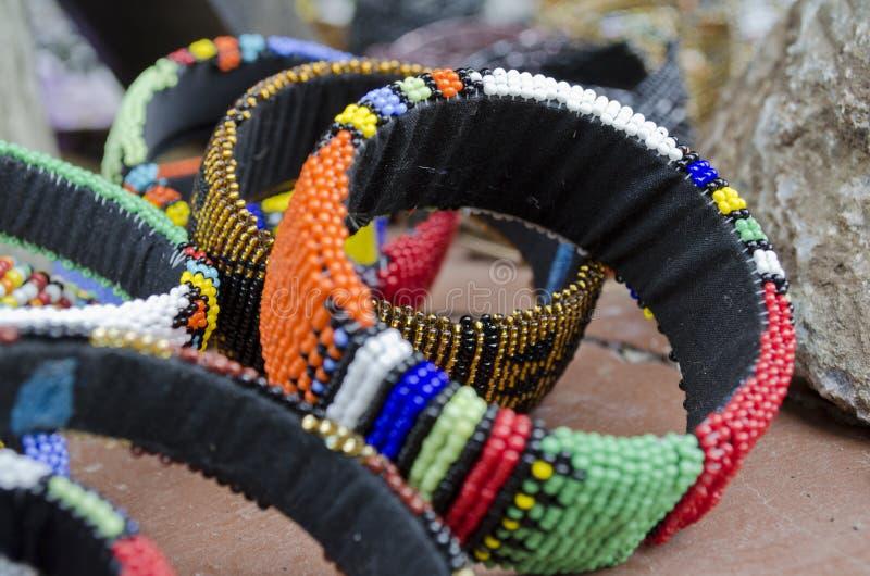 Härliga Ndebele beadwordarmband arkivfoton