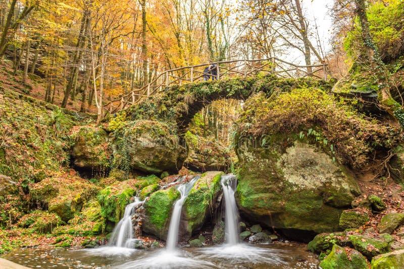 Härliga nedgångar i den Mullerthal regionen av Luxembourg som är bekant som vattenfallet för Schiessentà ¼mpel arkivbilder