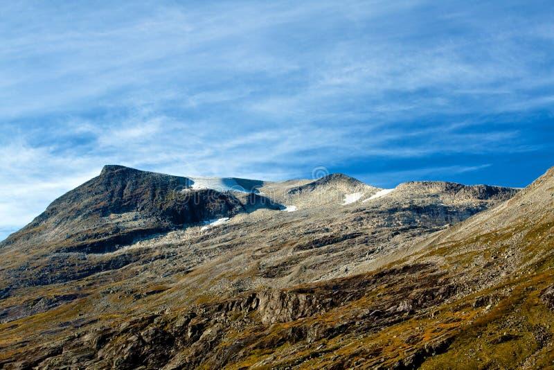 Härliga norska berg som täckas av is royaltyfria bilder