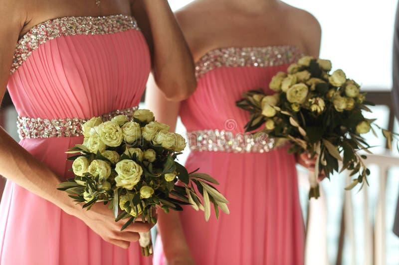 Härliga nya rosor i bröllopbukett i brudtärnor räcker cl royaltyfria bilder