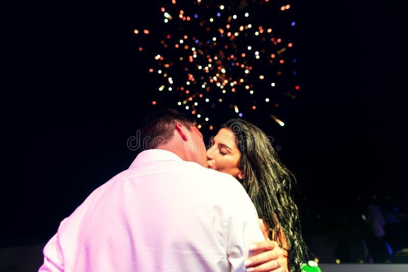 härliga nygifta personer på brölloppartiet arkivfoton