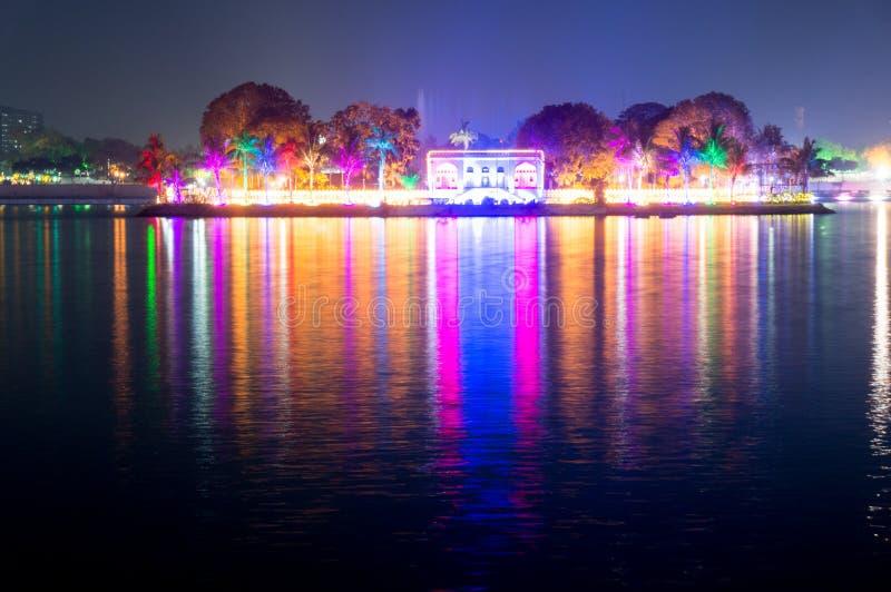Härliga och färgrika ljus reflekterade i vattnet av kankariasjön ahmedabad, gujarat royaltyfria bilder