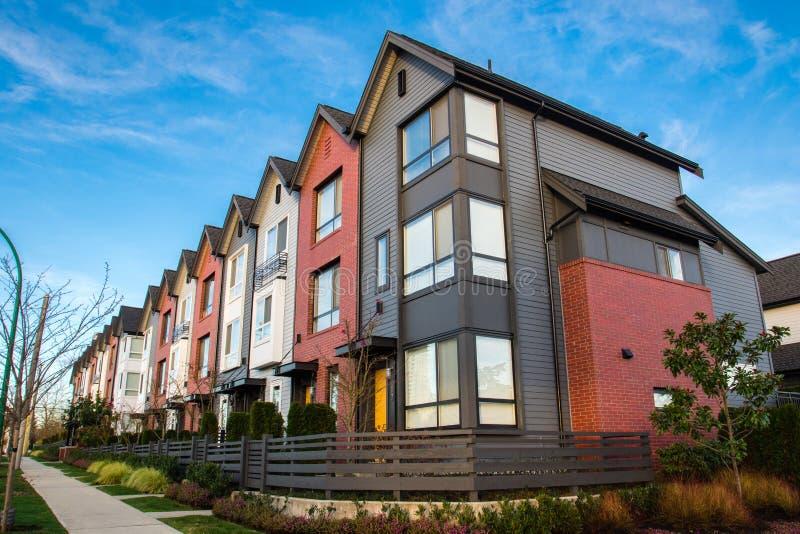 Härliga och mycket moderna radhus Ny utveckling på fastighetmarknad arkivbild