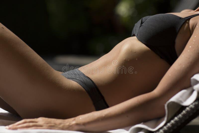 Härliga och sexiga kvinnakroppsdelar i baddräkt royaltyfri foto