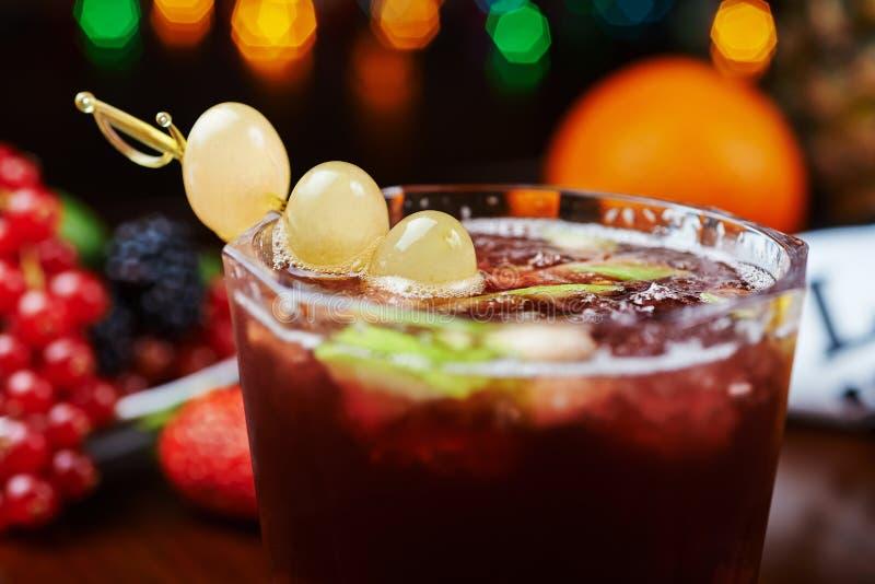 Härliga och smakliga druvor coctail eller lemonad med en trevlig bokeh slapp fokus royaltyfri bild