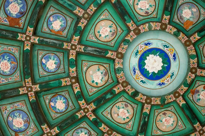Härliga orientaliska dekorativa målningar på ett tak royaltyfri foto