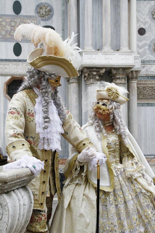 Härliga par av maskeringar på den St Mark fyrkanten under karnevalet av Venedig italy royaltyfri bild