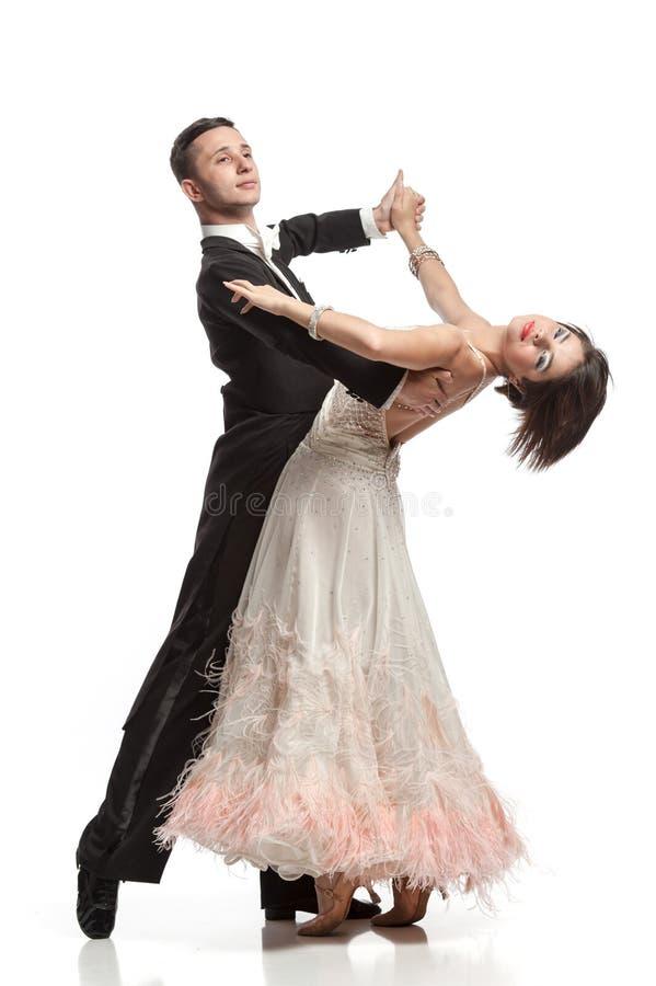 Härliga par i den aktiva balsaldansen royaltyfria bilder