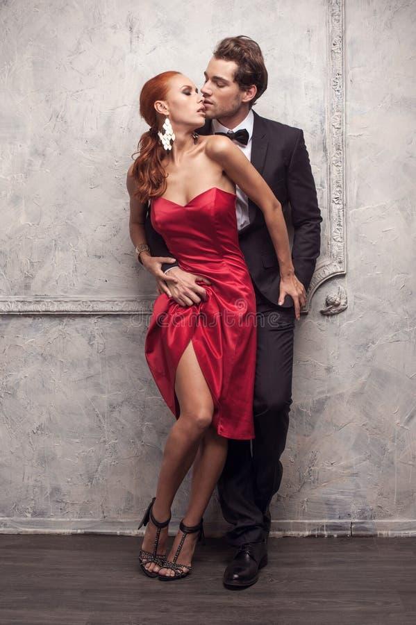 Härliga par i klassiska dräkter. fotografering för bildbyråer