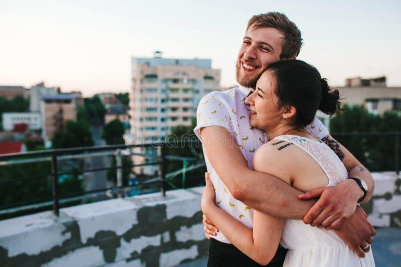 Härliga par i staden royaltyfri fotografi