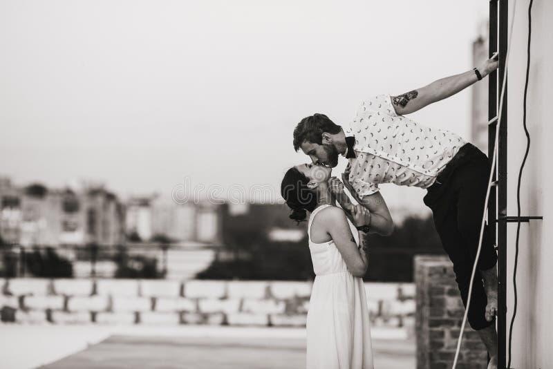 Härliga par i staden fotografering för bildbyråer