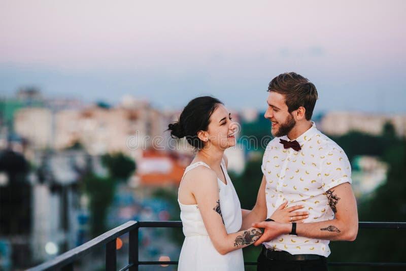 Härliga par i staden royaltyfria bilder