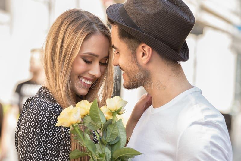 Härliga par med att datera för blommor royaltyfri foto