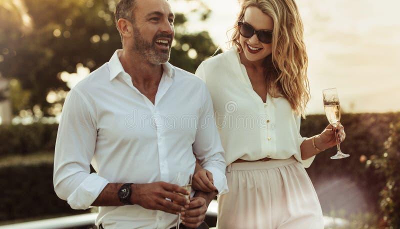 Härliga par med ett exponeringsglas av vin utomhus arkivbild