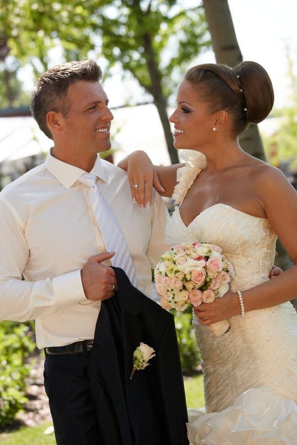 Härliga par på bröllop-dag royaltyfri bild