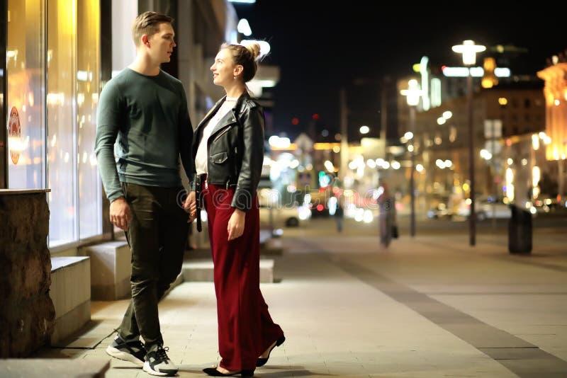 Härliga par på ett datum i en nattstad royaltyfri foto