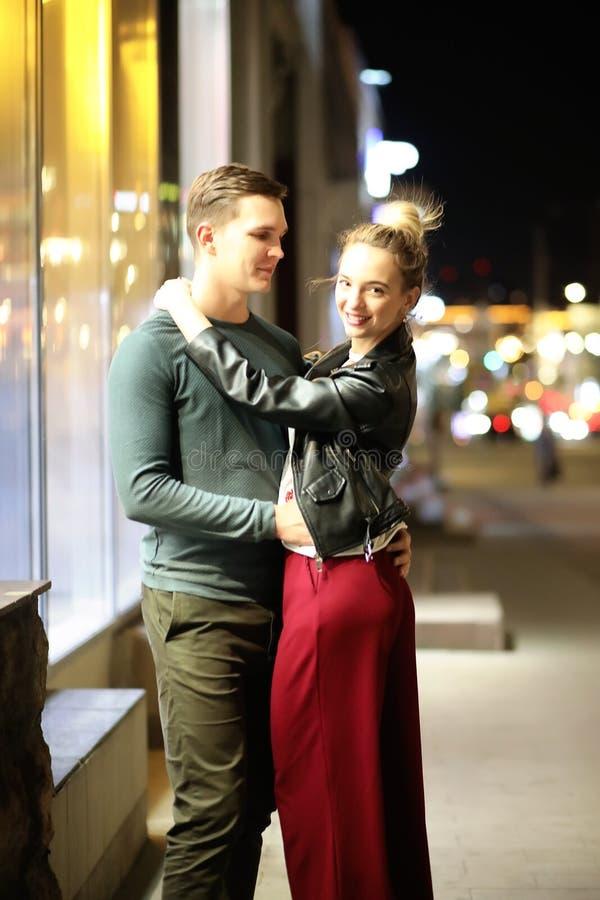 Härliga par på ett datum i en nattstad fotografering för bildbyråer