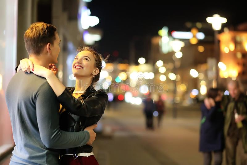 Härliga par på ett datum i en nattstad royaltyfria foton