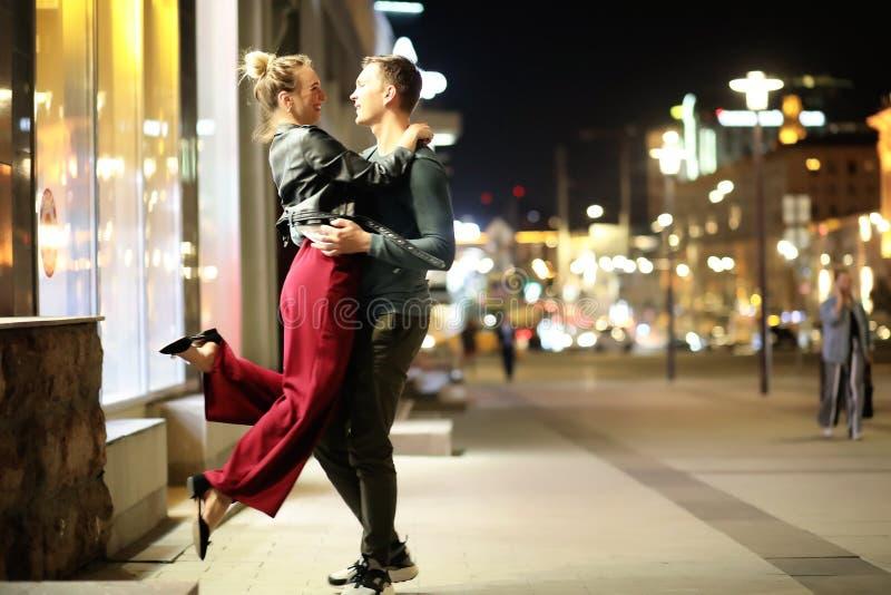 Härliga par på ett datum i en nattstad arkivbilder