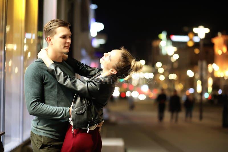 Härliga par på ett datum i en nattstad arkivbild