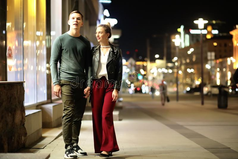 Härliga par på ett datum i en nattstad arkivfoto