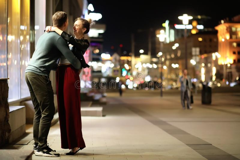 Härliga par på ett datum i en nattstad royaltyfri fotografi