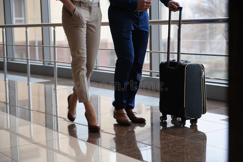 Härliga par på ett väntande flygplan för flygplats royaltyfria foton