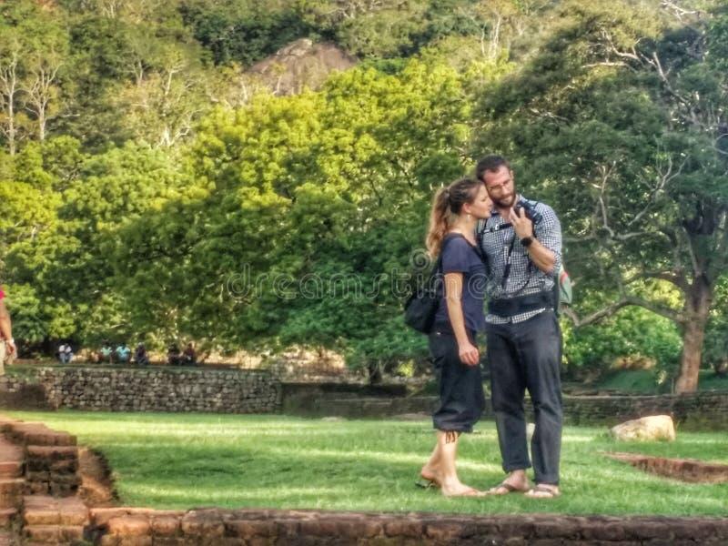 Härliga par på Sigiriya vaggar royaltyfria bilder