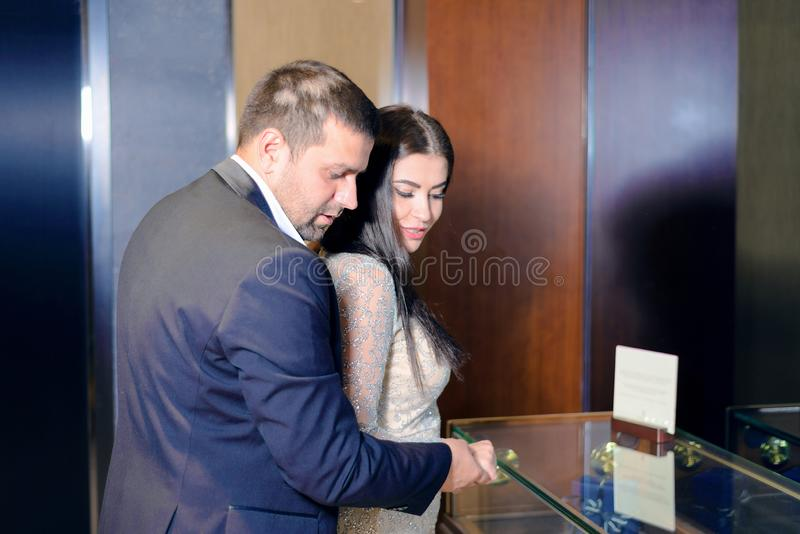 Härliga par ser till och med fönstren av lagerfönstret royaltyfri bild