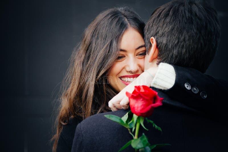 Härliga par som är förälskade med en ros arkivfoton