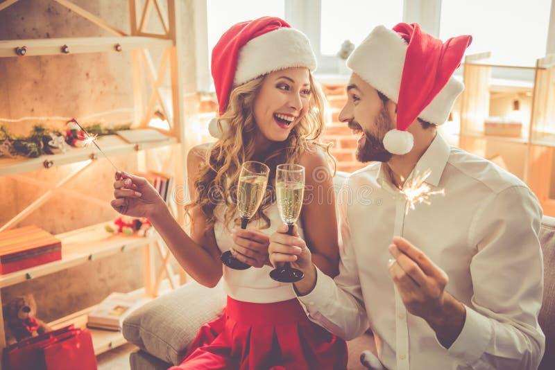 Härliga par som firar jul royaltyfria foton