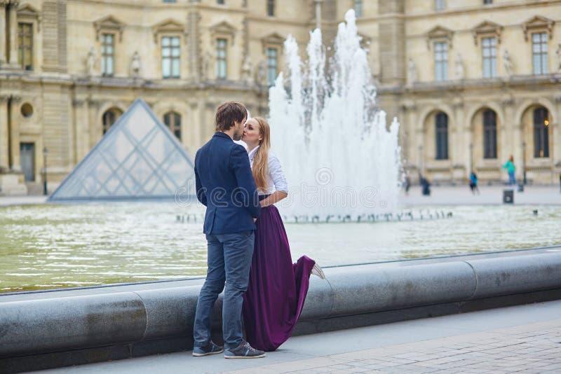 Härliga par som har ett datum i Palais Royal i Paris arkivbild
