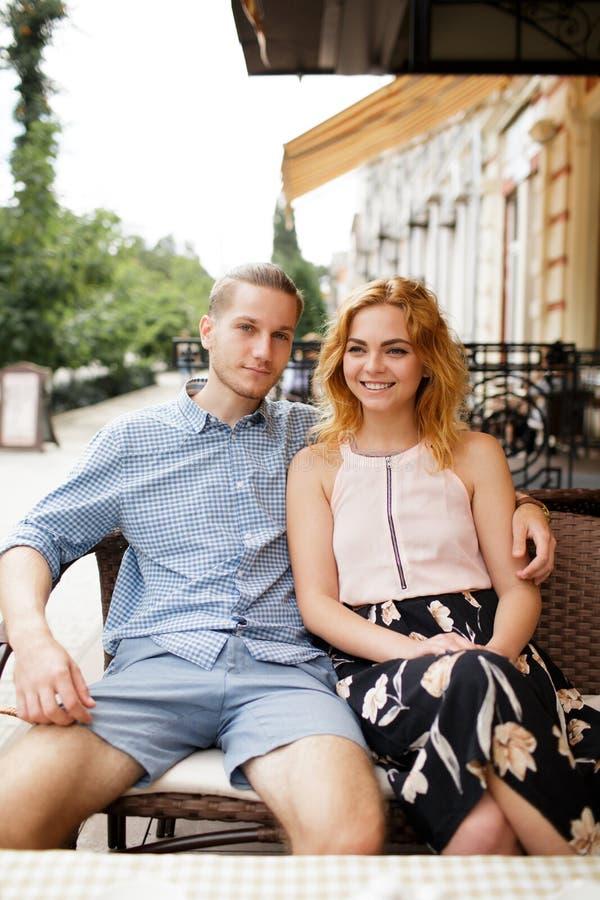 Härliga par som har kaffe på ett datum och att ha gyckel tillsammans royaltyfria foton