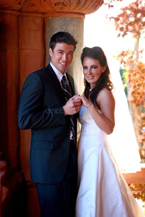 härliga par som utomhus får gifta arkivbilder