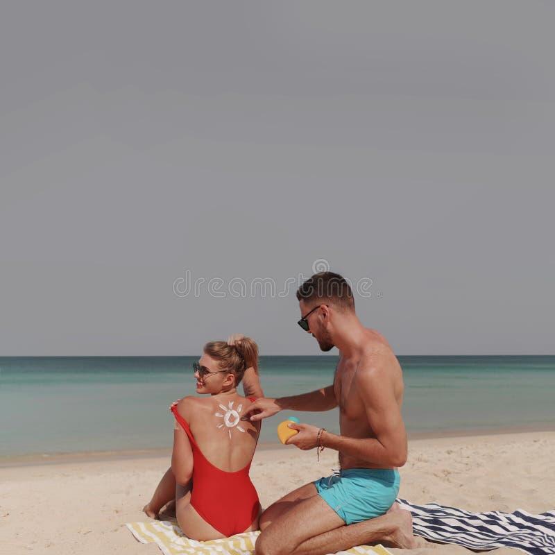 Härliga par under sommarferier royaltyfria bilder
