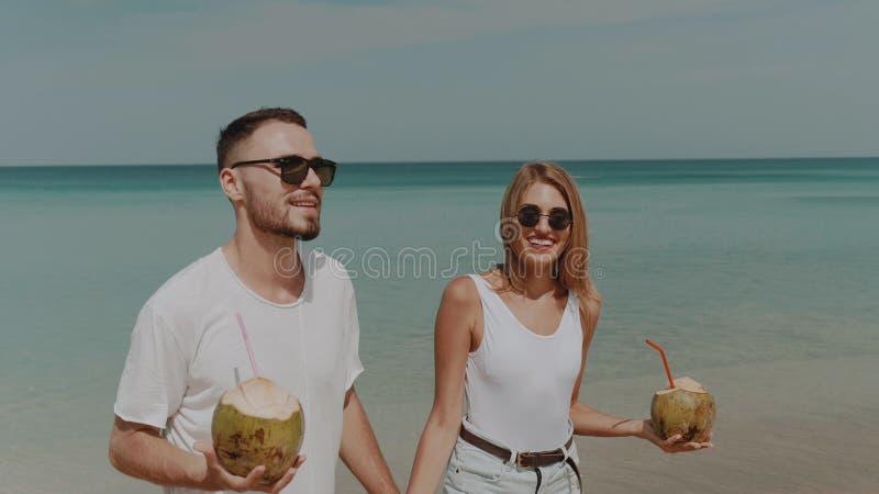 Härliga par under sommarferier royaltyfri foto