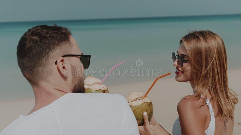 Härliga par under sommarferier arkivfoto