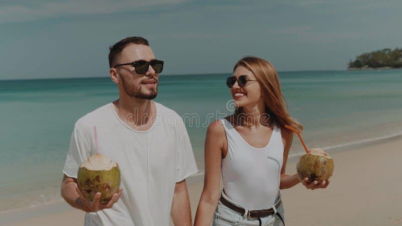 Härliga par under sommarferier arkivbild