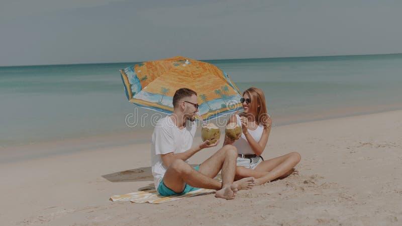 Härliga par under sommarferier arkivbilder