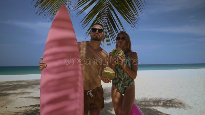 Härliga par under sommarferier royaltyfria foton