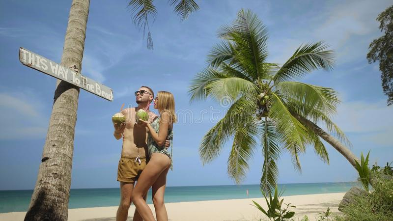 Härliga par under sommarferier arkivfoton