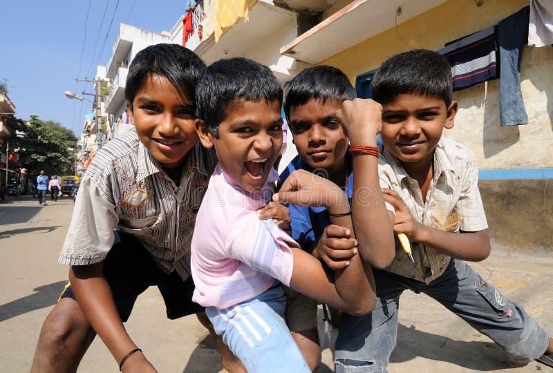 härliga pojkehjärtapoor ler sött arkivfoton