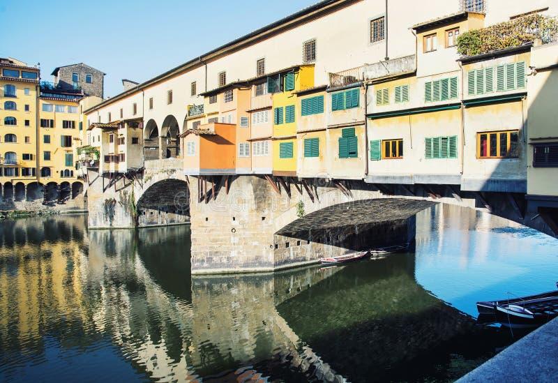 Härliga Ponte Vecchio avspeglar i Riveret Arno, Florence royaltyfria bilder