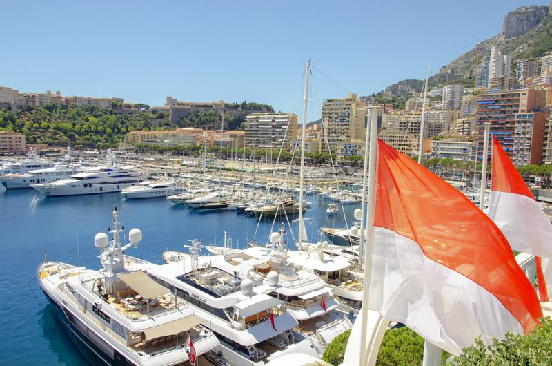 Härliga portar med många yachter i Monaco arkivbilder