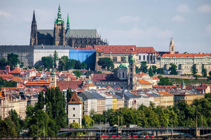 Härliga Prague som ses från Vysehrad royaltyfria foton
