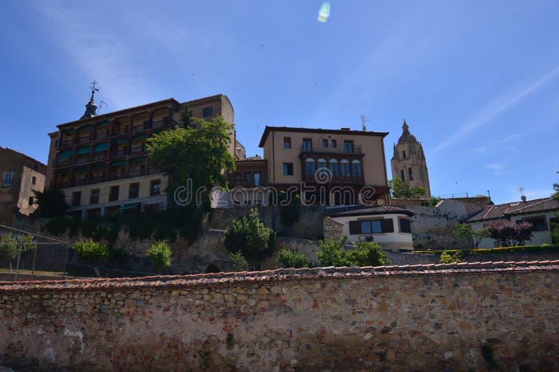 Härliga privilegierade sikter av domkyrkan och de centrala byggnaderna av Segovia Arkitekturhistorielopp royaltyfri foto