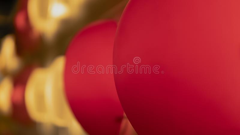 H?rliga r?da och bl?a lampor i dekoren fotografering för bildbyråer